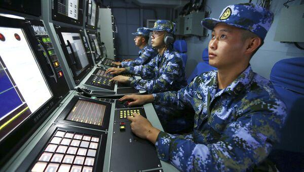 Поиск китайских ВМС на борту ракетного эсминца Хэфэй во время военных учений в водах близ острова Хайнань в Южно-Китайском море. Архивное фото