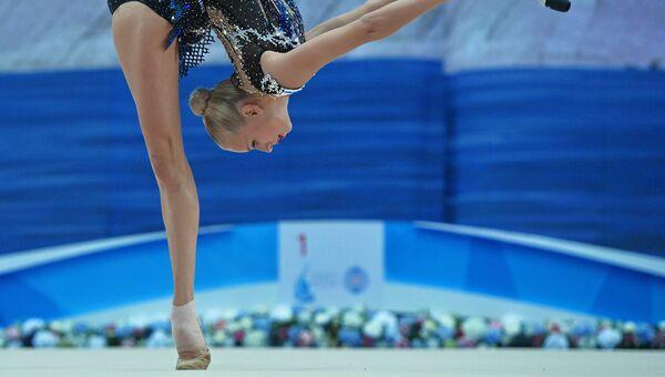 Яна Кудрявцева (Россия) выполняет упражнения с булавами в индивидуальном многоборье на этапе Кубка мира по художественной гимнастике в Казани