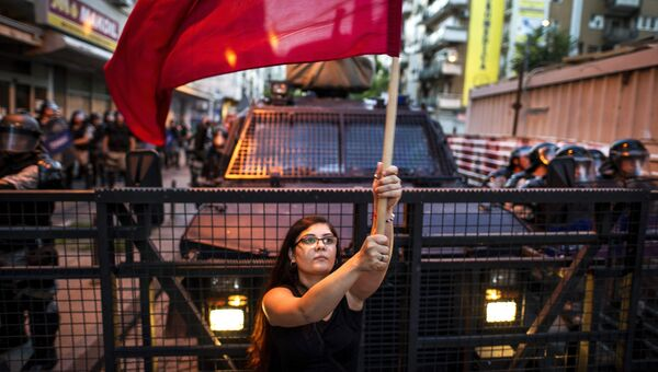 Женщина машет красным флагом во время антиправительственной акции в Скопье. Архивное фото
