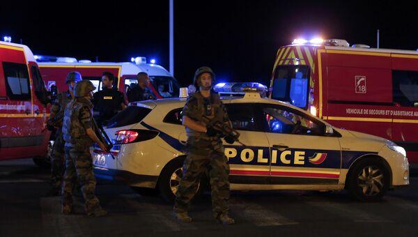 Полиция, военные и спасатели в Ницце у места теракта 14 июля 2016