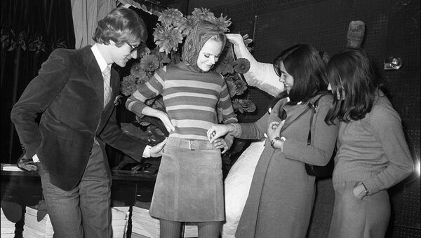 Ив Сен-Лоран приветствует первых клиентов в своем новом магазине Saint-Laurent Rive gauche. 1966 год