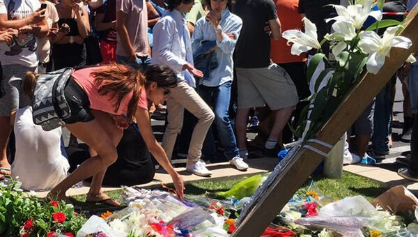 Горожане возлагают цветы на Английской набережной в Ницце в память о погибших в результате террористического акта в Ницце. Архивное фото