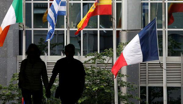Приспущенный французский флаг перед зданием Парламента ЕС в Брюсселе. Архивное фото