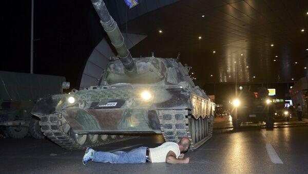 Человек пытается блокировать танк в аэропорту Ататюрка. Стамбул, Турция