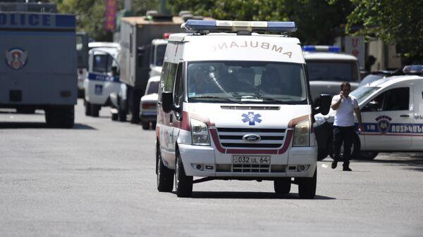 Автомобиль скорой помощи у захваченного здания отделения полиции в районе Эребуни на окраине Еревана