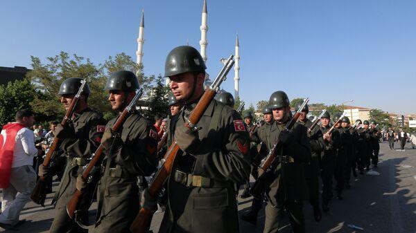Турецкие военнослужащие во время похорон погибших в результате попытки военного переворота