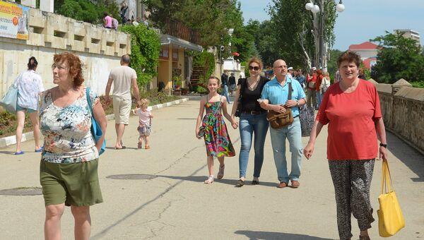 Жители и туристы на центральной набережной Феодосии. Архивное фото