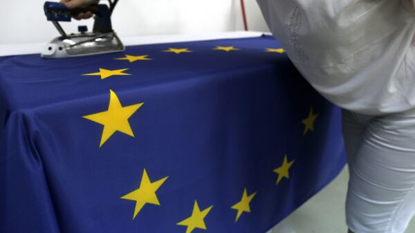 Швея гладит флаг Евросоюза. Архивное фото