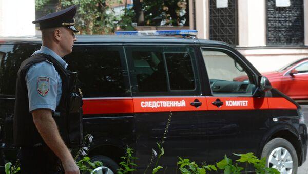 Сотрудник правоохранительных органов у здания Главного следственного управления СК РФ по Москве, где проводятся обыски. 19 июля 2016