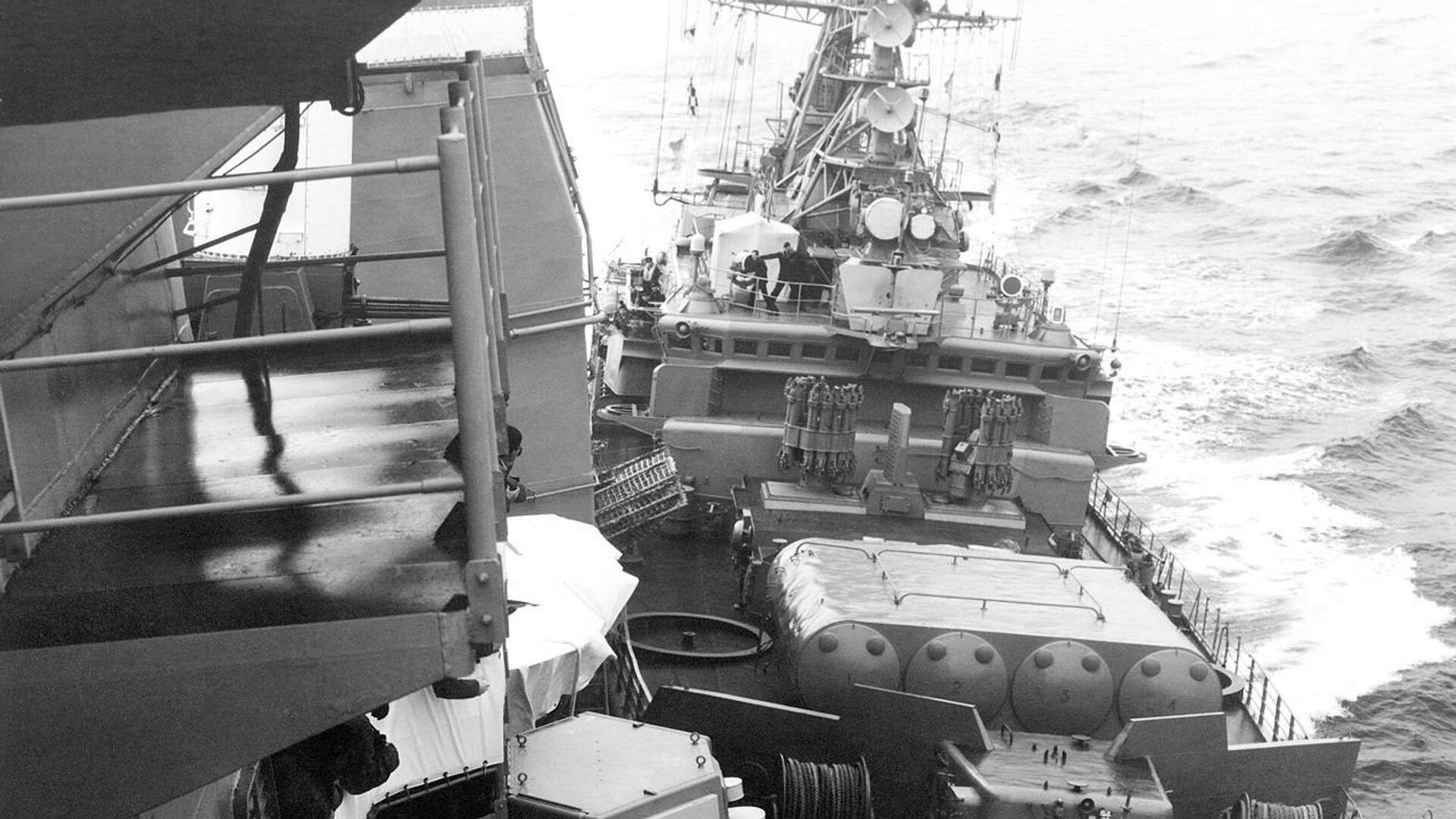 Сторожевой корабль Черноморского флота Беззаветный таранит американский ракетный крейсер Йорктаун . 12 февраля 1988 года - РИА Новости, 1920, 19.07.2018