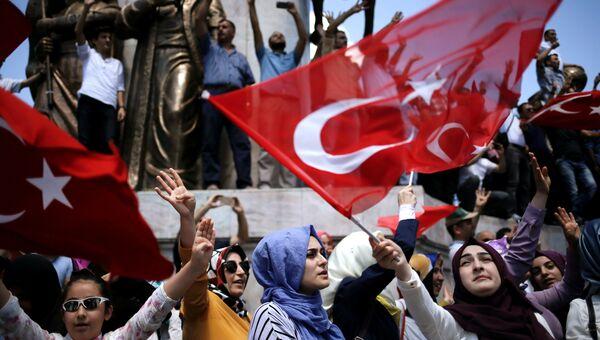 Cторонники президента Турции Тайипа Эрдогана во время демонстрации в Стамбуле. Архивное фото