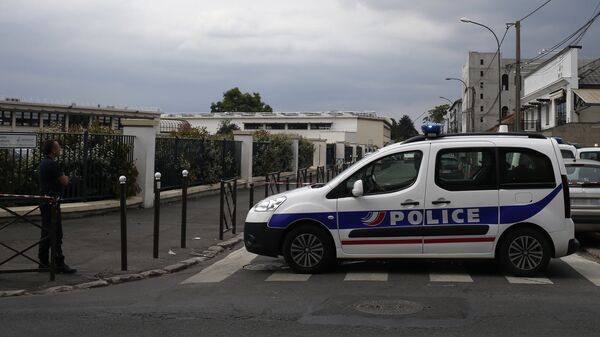 Полицейские автомобили в пригороде Парижа. Архивное фото