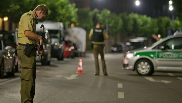 Сотрудники правоохранительных органов на месте взрыва в немецком городе Ансбахе. 25 июля 2016