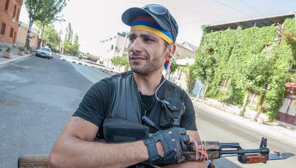 Член группы Сасна црер Ованес Арутюнян на территории захваченного полка ППС полиции района Эребуни в Ереване