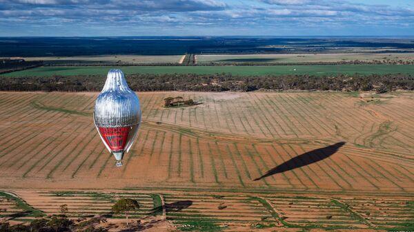 Приземление воздушного шара путешественника Федор Конюхов в Австралии после кругосветного путешествия