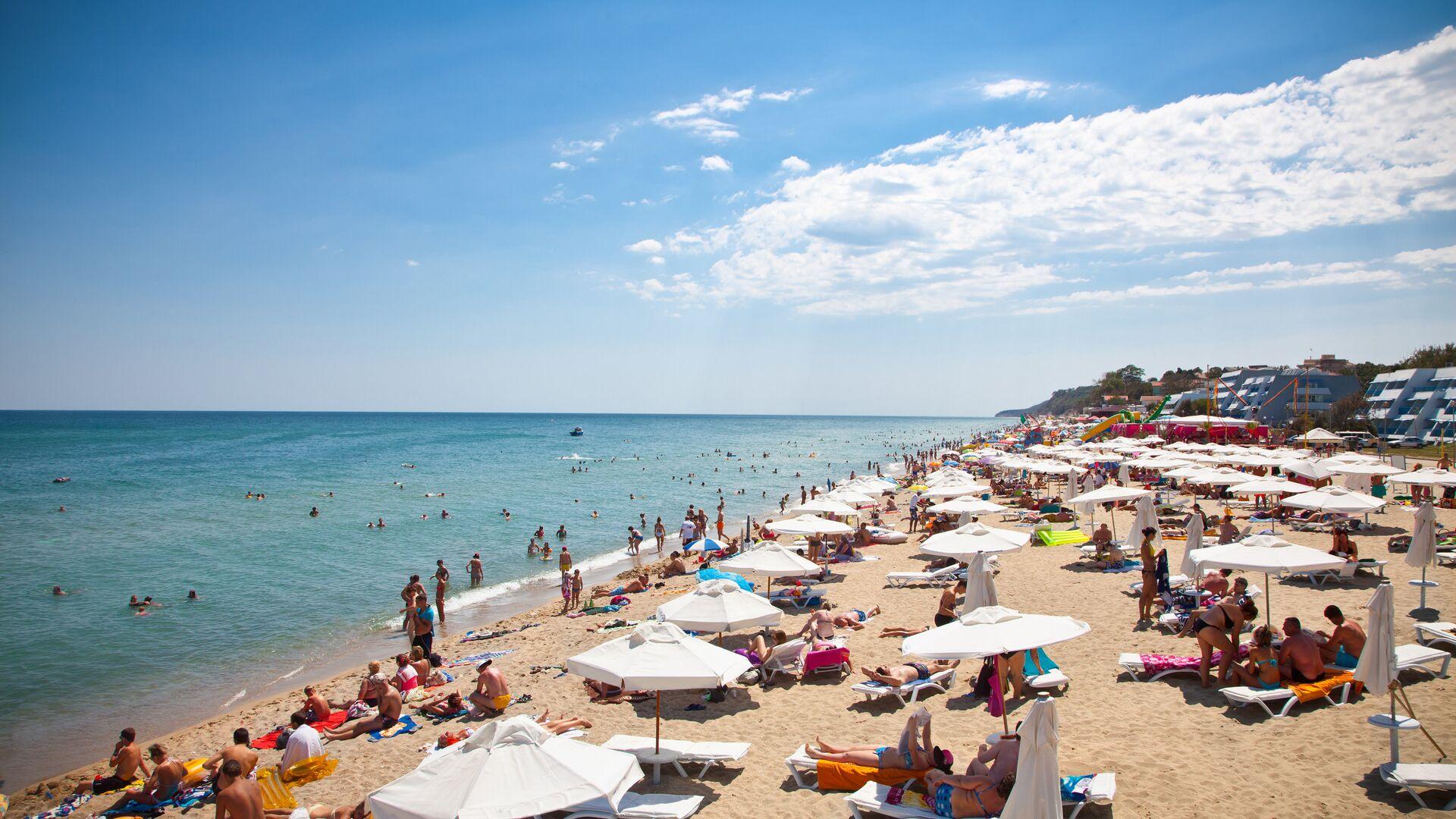 Туристы на пляже на побережье Черного моря в Болгарии - РИА Новости, 1920, 19.07.2021
