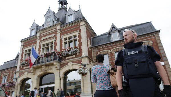 Сотрудник полиции у здания мэрии в Сент-Этьен-дю-Рувр, Франция. 26 июля 2016