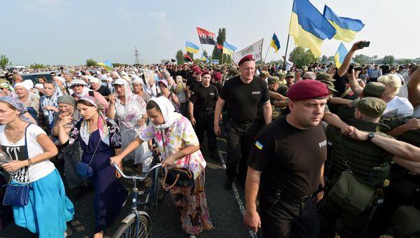 Украинские активисты блокируют движение крестного хода в Борисполе. 25 июля 2016