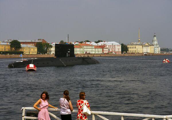 Дизель-электрическая подводная лодка Краснодар в акватории реки Невы