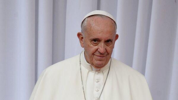 Папа Римский впервые за долгое время пожал руки присутствовавшим на мессе