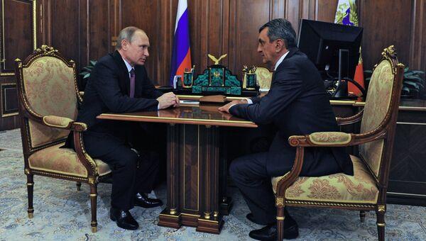 Президент России Владимир Путин и губернатор Севастополя Сергей Меняйло во время встречи в Кремле. 27 июля 2016