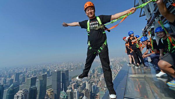 Стеклянная платформа на высоте 340 метров в Шанхае