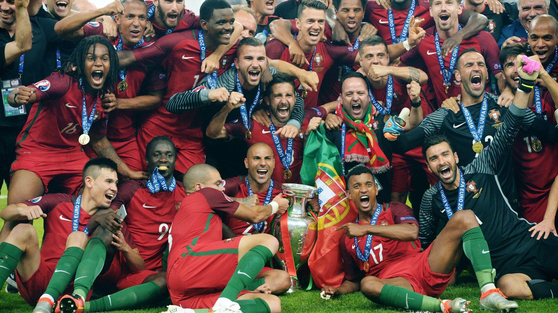Игроки сборной Португалии на церемонии награждения чемпионата Европы по футболу - 2016 после финального матча между сборными командами Португалии и Франции - РИА Новости, 1920, 11.12.2019