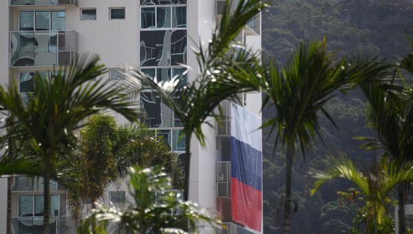 Флаг России на здании в Олимпийской деревне в Рио-де-Жанейро.