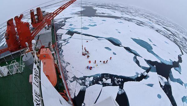 Вид с китайского ледокола Xue Long на лагерь на льдине. Архивное фото