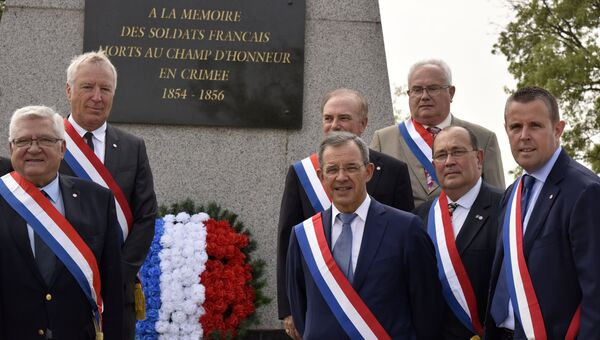 Делегаты парламента Франции у мемориала на французском воинском кладбище в Севастополе.  Архивное фото