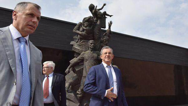 Глава делегации французских парламентариев Тьерри Мариани и председатель Госсовета Крыма Владимир Константинов во время посещения мемориального комплекса Красный