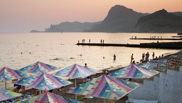 Отдыхающие на пляжах Судака