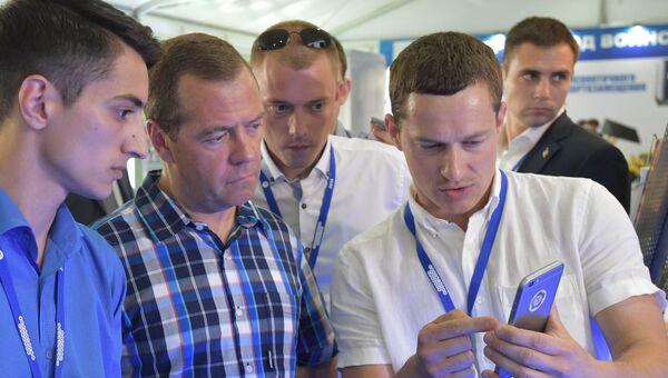 Председатель правительства РФ Дмитрий Медведев время посещения форума Территория смыслов на Клязьме в ходе рабочей поездки во Владимирскую область. 2 августа 2016