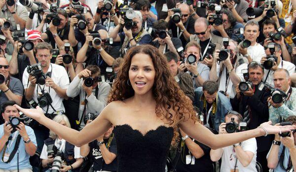 Актриса Холли Берри позирует фотографам во время промо фильма Люди Икс : Последняя битва в Каннах