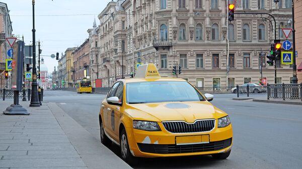 Такси на улице в Санкт-Петербурге