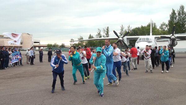 Казахстанцы протащили самолет Ан-26 по взлетной полосе в поддержку олимпийцев