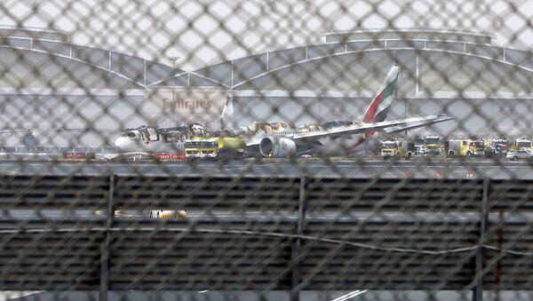 Самолет Boeing 777 авиакомпании Emirates после аварийной посадки в аэропорту Дубая. 3 августа 2016