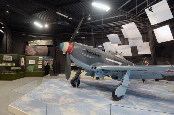 Советский одномоторный самолет истребитель-бомбардировщик Як-9 на постоянной экспозиции
