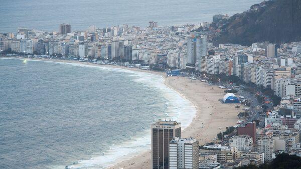Вид на пляж Копакабана со смотровой площадки на горе Сахарная голова в Рио-де-Жанейро