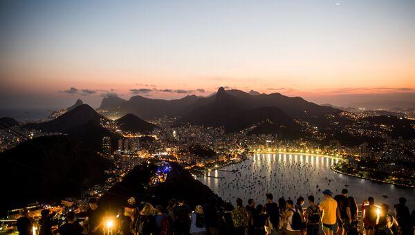 Вид на город со смотровой площадки на горе Сахарная голова в Рио-де-Жанейро. Архивное фото