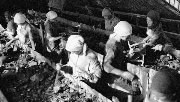 Сортировка угля на транспортере на передовой шахте Голубовка в Донбассе