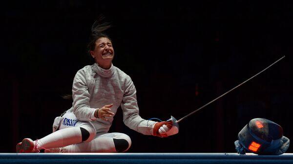 Яна Егорян после завершения финального поединка индивидуального первенства по фехтованию на саблях на XXXI летних Олимпийских играх