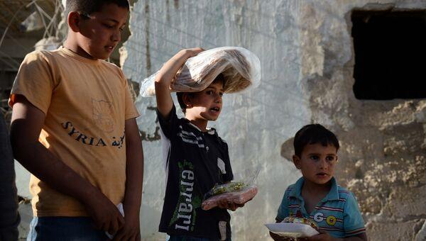 Раздача российской гуманитарной помощи населению Сирии. Архивное фото
