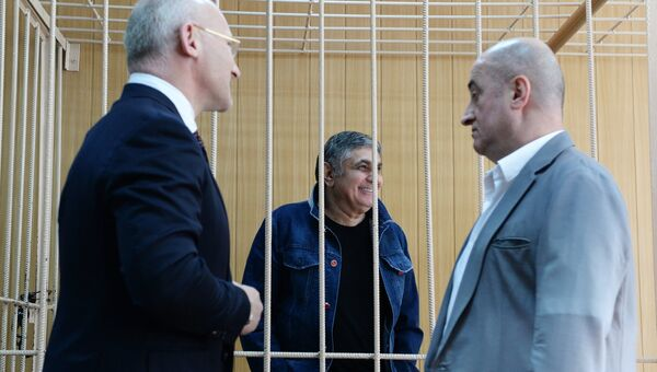 Обвиняемый в организации преступного сообщества Захарий Калашов с адвокатами в Тверском суде Москвы