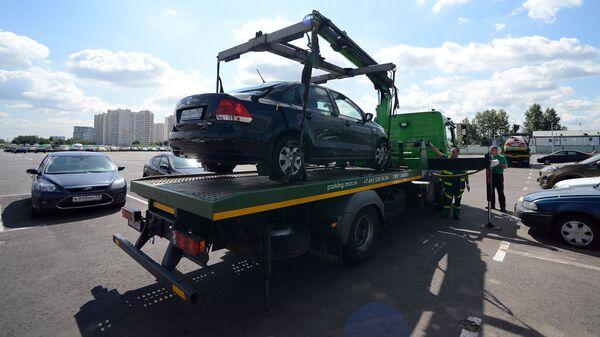 Эвакуатор привез автомобиль нарушителя правил парковки на спецстоянку администрации Московского парковочного пространства