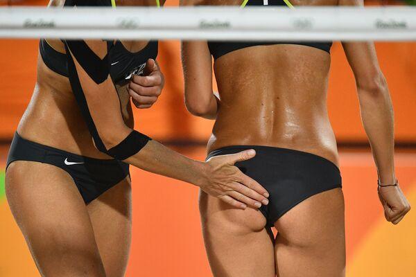 Спортсмены сборной Германии по пляжному волейболу во время отборочного матча между Германией и Канадой на летних Олимпийских играх в Рио-де-Жанейро