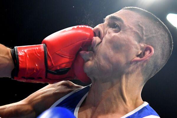 Французский боксер Софьян Умиа наносит удар спортсмену из Гондураса во время матча на Олимпийских играх в Рио-де-Жанейро