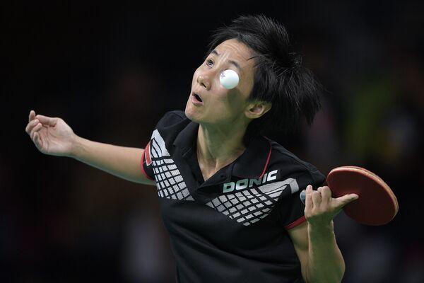 Спортсменка из Австрии Цзя Лю играет против Фэн Тянь Вэй из Сингапура во время квалификационного раунда по настольному теннису