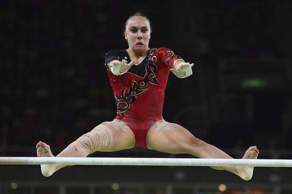 Спортсменка из Германии в отборочном туре по гимнастике на Олимпийских играх в Рио-де-Жанейро