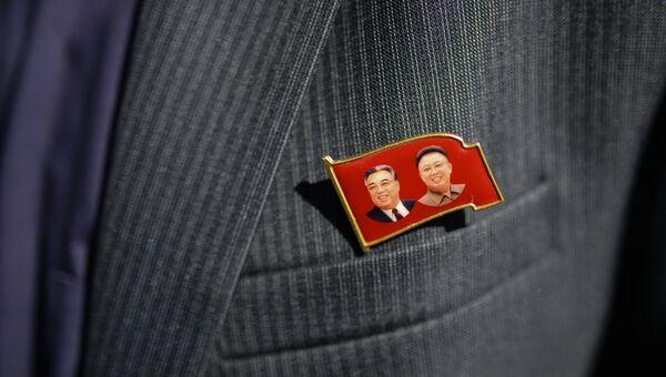 Ким Чен Ир и Ким Ир Сен на значке в КНДР. Архивное фото